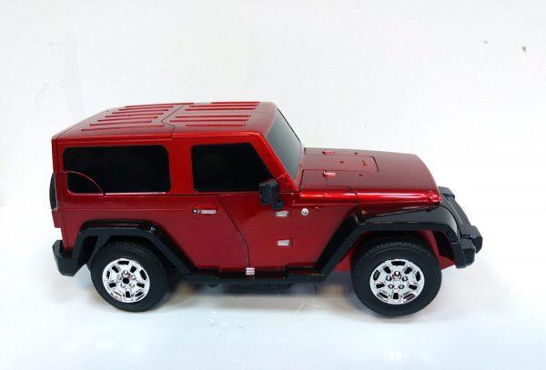 רובוט ג'יפ אדום עם שלט
