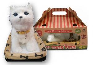 חתול מחמד לבן יושב, מכשכש בזנב, מיילל ומייבב